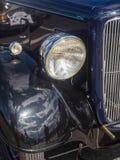 O farol dos carros clássicos do vintage que participam em uma fuga roda-se Imagem de Stock