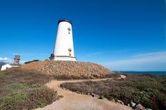 O farol e a passagem na península de Piedras Blancas na Califórnia central costeiam ao norte de San Simeon California Fotografia de Stock Royalty Free