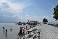 O farol e a praia em Podersdorf am veem, Neusiedler veem, Áustria Imagens de Stock Royalty Free