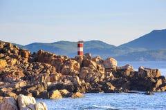 O farol na costa lá é muitas rochas Fotos de Stock Royalty Free