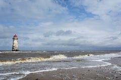 O farol na praia próxima e o Talacre encalham Imagem de Stock
