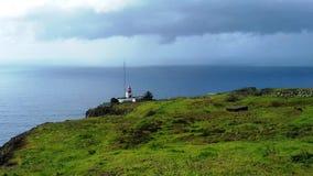 O farol no penhasco de Ponta faz Pargo no Oceano Atlântico em Madeira Fotografia de Stock Royalty Free