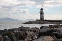 O farol no porto Imagens de Stock Royalty Free