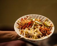 O fast food asiático tailandês da rua na bandeja quente, acolchoa tailandês, ou o phad tailandês é um prato do macarronete de arr Fotos de Stock Royalty Free