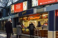 O fast food de compra dos povos e lá é sinal dos cuidados médicos acima Imagem de Stock