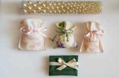 O favor do casamento ensaca a contenção de amêndoas cobertos de açúcar, presente das datas Imagem de Stock