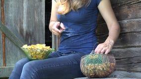 O fazendeiro fêmea entrega a sujeira limpa dos cogumelos da prima 4K filme