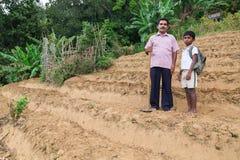 O fazendeiro local e seu filho estão na plantação de chá Fotos de Stock Royalty Free