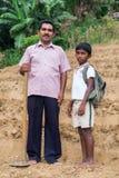 O fazendeiro local e seu filho estão na plantação de chá Imagem de Stock Royalty Free