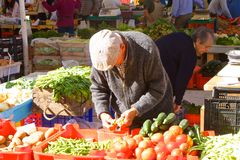 O fazendeiro vende seus vegetais no mercado Foto de Stock