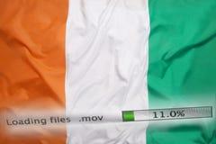 O fazendo download arquiva em um computador, bandeira da Costa do Marfim Imagens de Stock