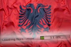O fazendo download arquiva em um computador, bandeira de Albânia imagens de stock royalty free