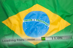 O fazendo download arquiva em um computador, bandeira de Brasil Fotografia de Stock Royalty Free