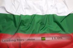O fazendo download arquiva em um computador, bandeira de Bulgária fotografia de stock royalty free