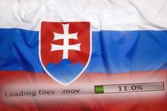 O fazendo download arquiva em um computador, bandeira de Eslováquia foto de stock royalty free