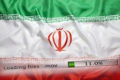 O fazendo download arquiva em um computador, bandeira de Irã imagem de stock