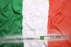 O fazendo download arquiva em um computador, bandeira de Itália Imagem de Stock