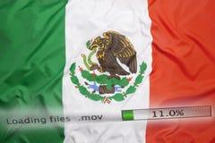 O fazendo download arquiva em um computador, bandeira de México fotografia de stock