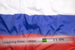 O fazendo download arquiva em um computador, bandeira de Rússia imagens de stock royalty free