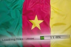 O fazendo download arquiva em um computador, bandeira de República dos Camarões Fotografia de Stock