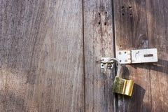 O fechamento do ouro na porta de madeira velha Imagem de Stock Royalty Free