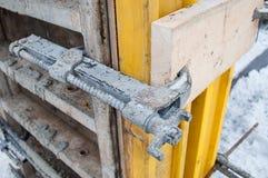O fechamento dos blocos para encher a fundação para uma construção nova foto de stock