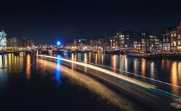 O fechamento no rio Amstel com a casa característica do canal Imagem de Stock Royalty Free
