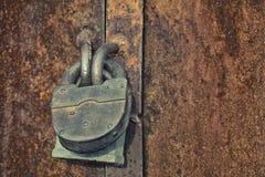 O fechamento velho pendura na porta do ferro imagens de stock royalty free