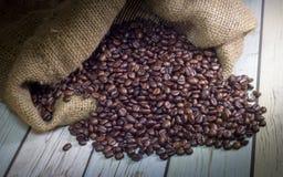 O feijão de café escuro no saco Foto de Stock Royalty Free