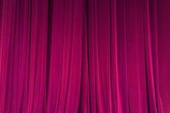 O feixe vermelho fechado do projetor do fundo da cortina iluminou O teatro drapeja foto de stock royalty free