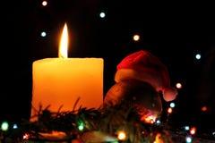 O Feliz Natal, anos novos felizes das luzes coloridas da festão na noite neva com fundo colorido escuro do bokeh Vela Vermelho do Imagem de Stock Royalty Free