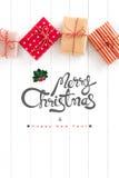 O Feliz Natal e o ano novo feliz text com as caixas de presente no branco Imagens de Stock Royalty Free