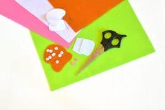 O feltro cobre, os moldes de papel, tesouras, pinos, detalhes de feltro - grupo da costura para o cogumelo de feltro tutorial Foto de Stock