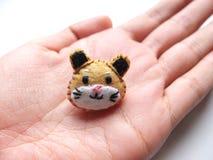 O feltro do hamster pôs sobre a palma imagens de stock royalty free