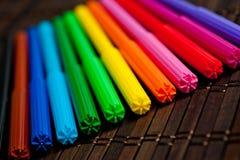 O feltro encerra brilhante, colorido em um fundo escuro Foto de Stock