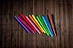 O feltro encerra brilhante, colorido em um fundo escuro Imagem de Stock