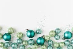 O feriado bonito, brilhante, moderno do Natal ornaments decorações em cores azuis e verdes contemporâneas no fundo branco imagem de stock