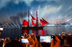 O feriado para a escola gradua o escarlate das velas em St Petersburg Povos que tomam fotos do navio com velas vermelhas imagem de stock royalty free