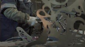 O ferreiro avalia a força e a simetria para conectar o último detalhe filme