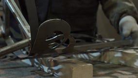 O ferreiro avalia a força e a simetria para conectar o último detalhe vídeos de arquivo