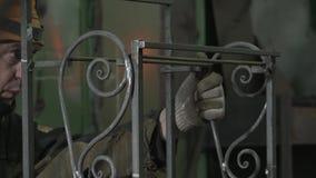 O ferreiro avalia a força e a simetria para conectar o último detalhe video estoque