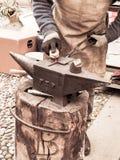 O ferreiro constrói um sinal do ferro, em um quadrado em Rovereto para a época natalícia foto de stock royalty free