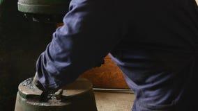 O ferreiro fabrica a planta da chapa metálica martelo forja Close-up Metal quente Ferro faíscas formão Martelo hidráulico filme