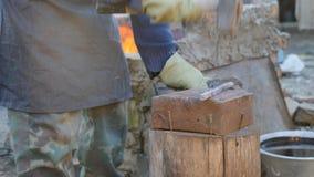 O ferreiro novo trabalha o metal Artesão, escocês na forja privada na vila Queimar-se entra o ferreiro video estoque