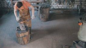 O ferreiro retira o detalhe do metal do fogo, vista superior fotografia de stock royalty free