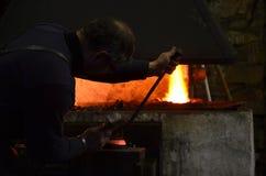 O ferreiro trabalha na noite Fotografia de Stock Royalty Free