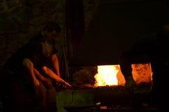 O ferreiro trabalha na noite Fotos de Stock Royalty Free