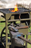 O ferreiro utiliza ferramentas o martelo Imagens de Stock Royalty Free