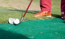 O ferro à bola e as tomadas visam o campo de golfe Fotografia de Stock