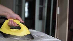 O ferro amarelo quente com vapor bate o roupa interior dos cursos para a beleza e a saúde video estoque